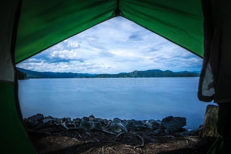 Вид из палатки на озере jocassee camping site стоковое фото
