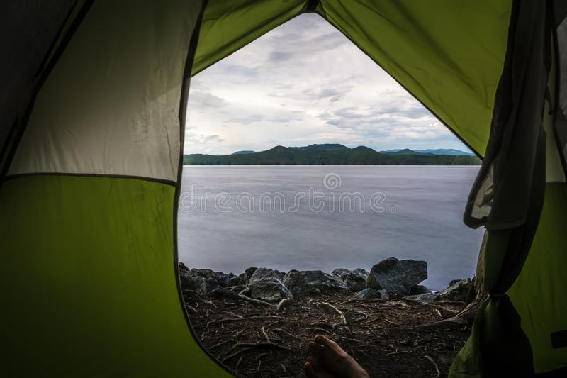 Вид из палатки на озере jocassee camping site стоковые изображения rf