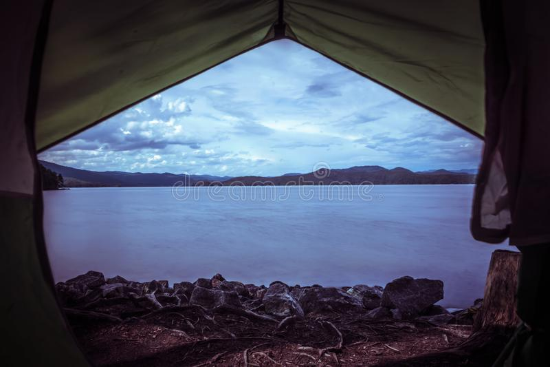 Вид из палатки на озере jocassee camping site стоковые фото