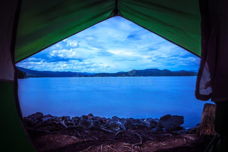 Вид из палатки на озере jocassee camping site стоковые изображения