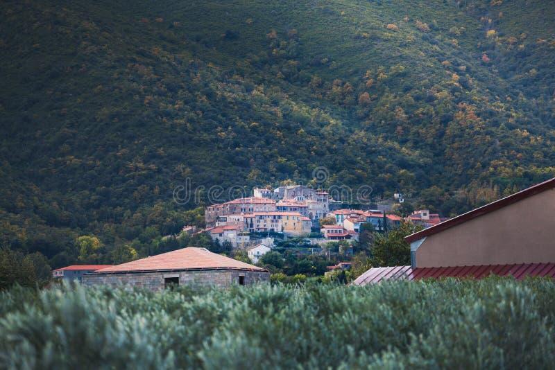 Joch, een typisch Catalaans dorp bij de uitlopers van Onderstel Canigou, in Catalonië in het hart van de Oostelijke Pyreneeën, Fr stock foto's