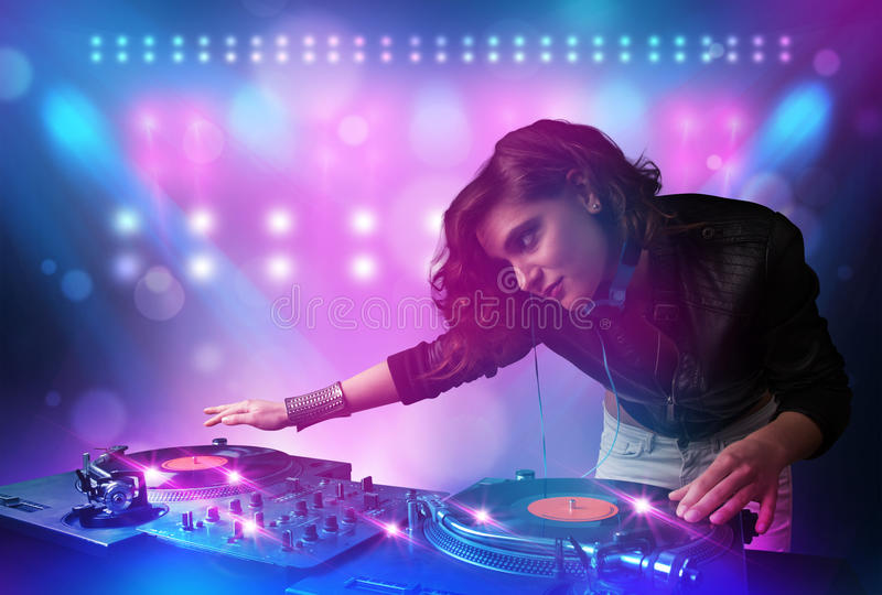 Jockey δίσκων που αναμιγνύει τη μουσική στις περιστροφικές πλάκες στη σκηνή με τα φω'τα και διανυσματική απεικόνιση