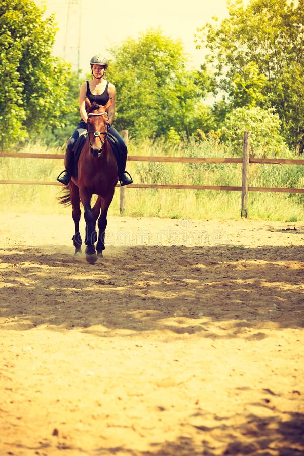 Jockey κορίτσι που κάνει την ιππασία στο λιβάδι επαρχίας στοκ φωτογραφίες