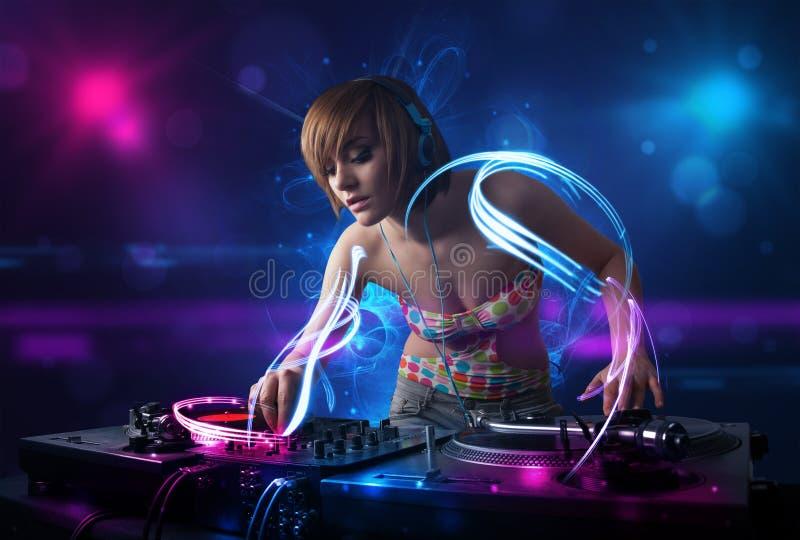 Download Jockey De Disque Jouant La Musique Avec D'électro Effets De La Lumière Et Lumières Illustration Stock - Illustration du jockey, femelle: 45365723