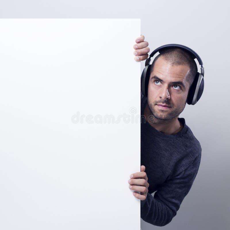 Jockey de disque tenant un panneau d'affichage blanc images stock