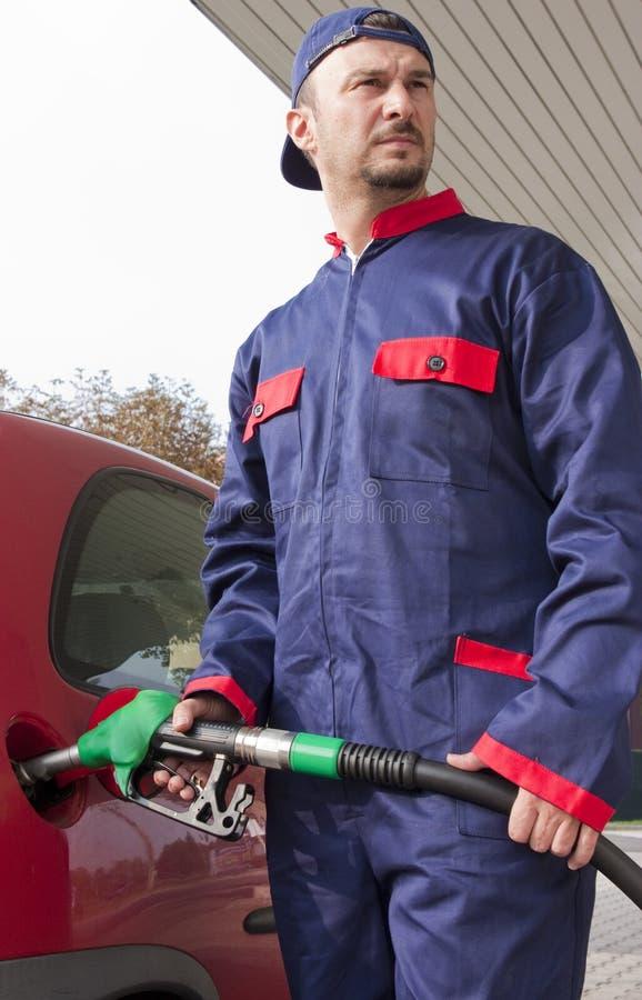 Jockey de gaz remplissant le véhicule image stock