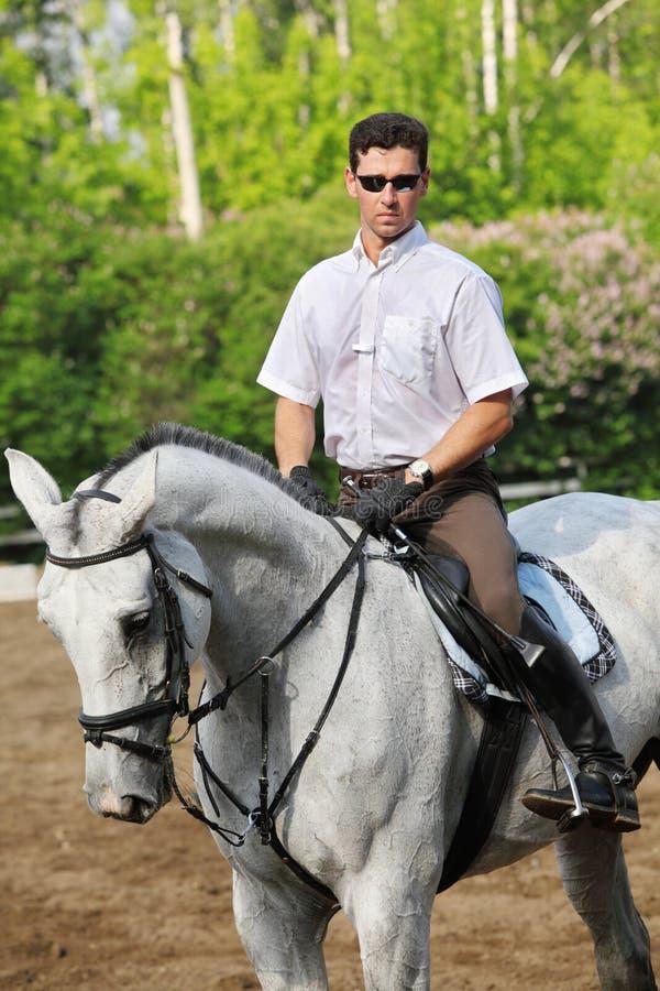Jockey im Glassitz auf Pferd stockfoto