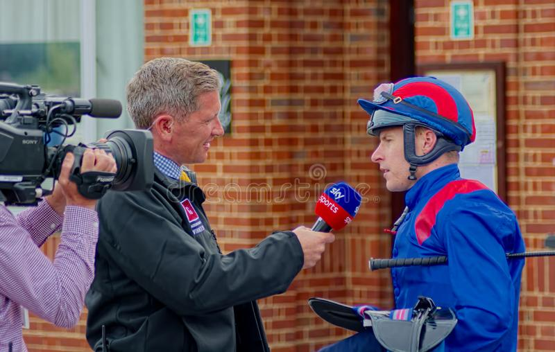 Jockey Richard Kingscote interviewt durch Sky Sports lizenzfreie stockbilder