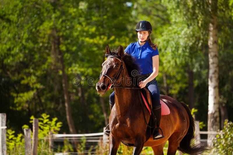 Jockeymeisje opleidingspaard bij renbaan in de zomer royalty-vrije stock foto's