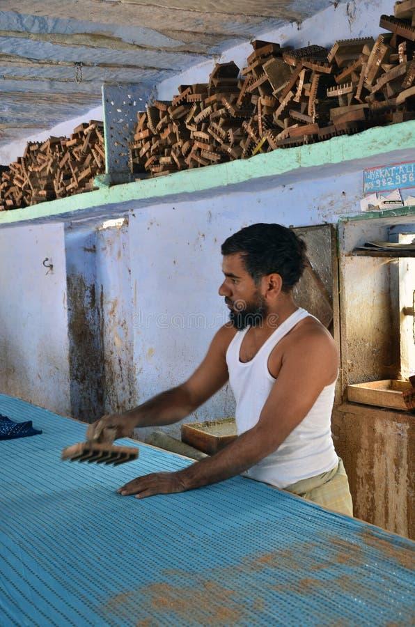 Jodhpur, Índia - 2 de janeiro de 2015: Trabalhador de matéria têxtil em uma fábrica pequena foto de stock royalty free