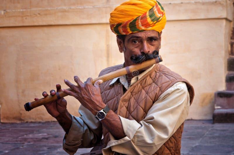 JODHPUR INDIA, LUTY, - 28, 2013: Niezdefiniowany mężczyzna bawić się na flecie w Jodhpur forcie zdjęcia stock