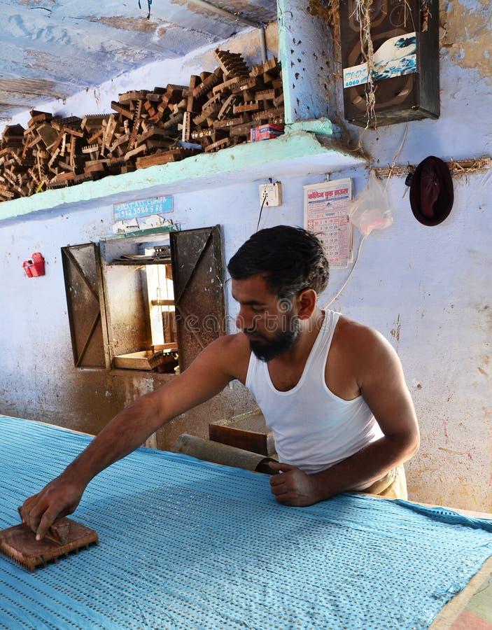 Jodhpur India, Styczeń, - 2, 2015: Tekstylny pracownik w małej fabryce zdjęcie stock