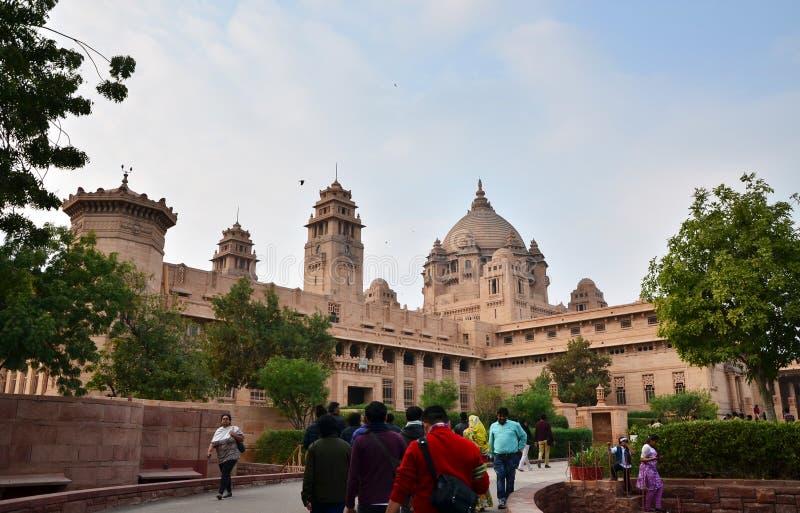 Jodhpur Indien - Januari 1, 2015: FolkbesökUmaid Bhawan slott royaltyfria foton