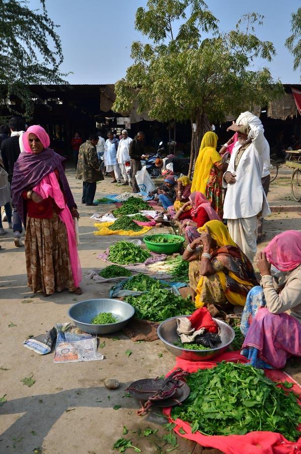 Jodhpur Indien - Januari 2, 2015: Indiskt folk som shoppar på den typiska grönsakgatamarknaden i Indien arkivbilder