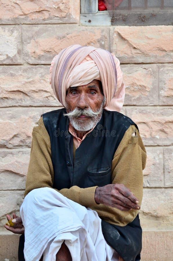 Jodhpur, la India - 2 de enero de 2015: Hombre mayor indio no identificado en el pueblo de Jodhpur imágenes de archivo libres de regalías