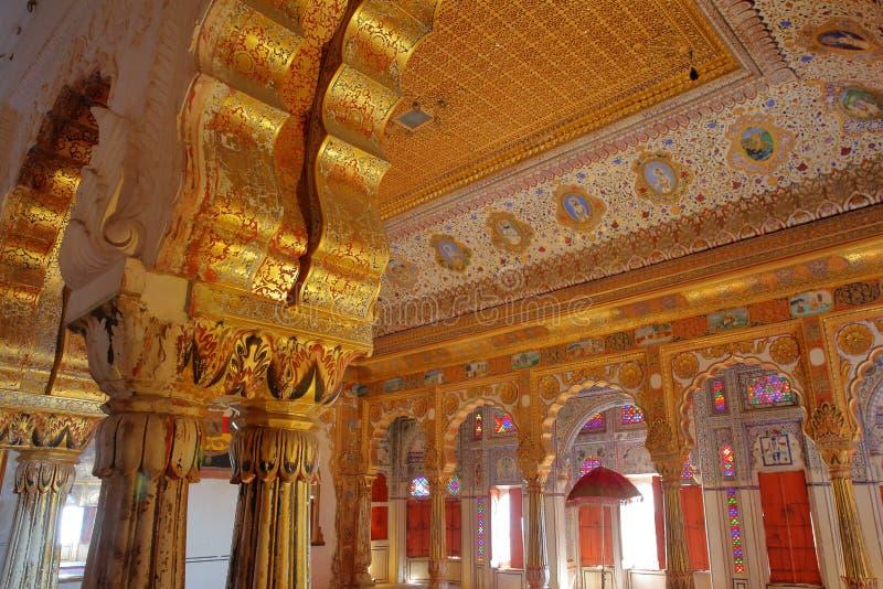 JODHPUR, RAJASTHAN, ΙΝΔΙΑ - 17 ΔΕΚΕΜΒΡΊΟΥ 2017: Χρυσό δωμάτιο της Royal Palace με τις αρχιτεκτονικές λεπτομέρειες, τις γλυπτικές  στοκ φωτογραφίες με δικαίωμα ελεύθερης χρήσης