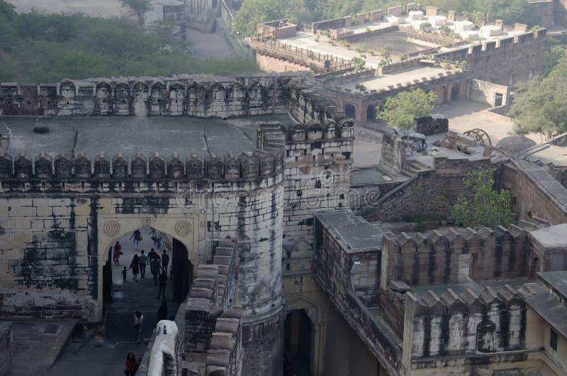 JODHPUR, RAJASTHAN, INDIEN, Tourist an Fort Mehrangarh oder Mehran, Vogelperspektive stockbild