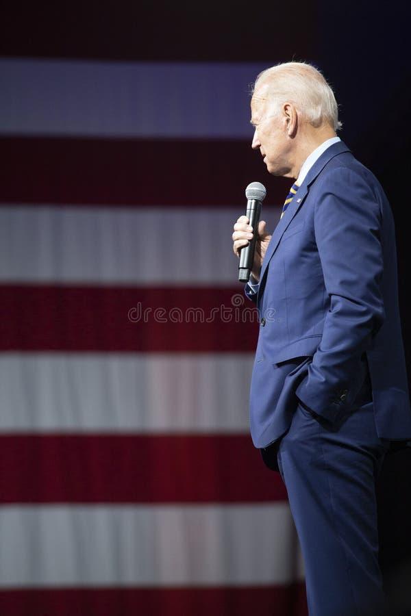 Joe Biden en el foro del sentido del arma el 10 de agosto de 2019, Des Moines, Iowa, los E.E.U.U. imagenes de archivo
