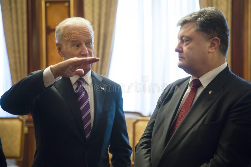 Joe Biden och Petro Poroshenko royaltyfria bilder