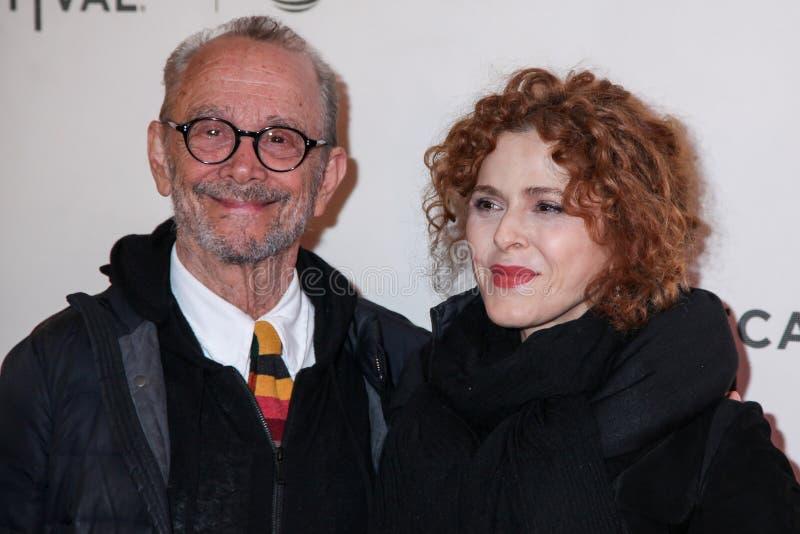 Joel Grey en Bernadette Peters stock foto