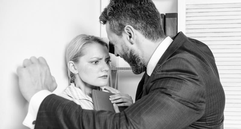 Joelho do toque Movimento contra o acosso sexual Colega de Sexually Harassing Female do homem de neg?cios imagem de stock royalty free