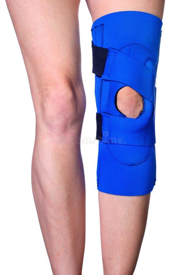 Joelho na cinta de joelho após um ferimento foto de stock