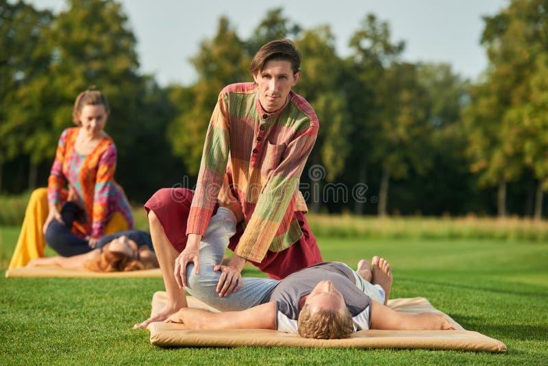 Joelho que estica, massagem tailandesa imagem de stock
