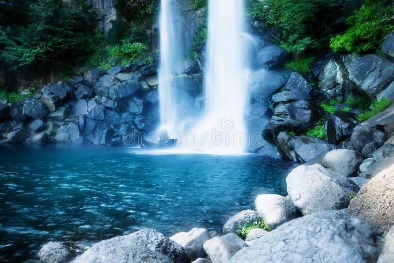 Joengbang瀑布底部与长的曝光的在西归浦,济州海岛,韩国 库存照片