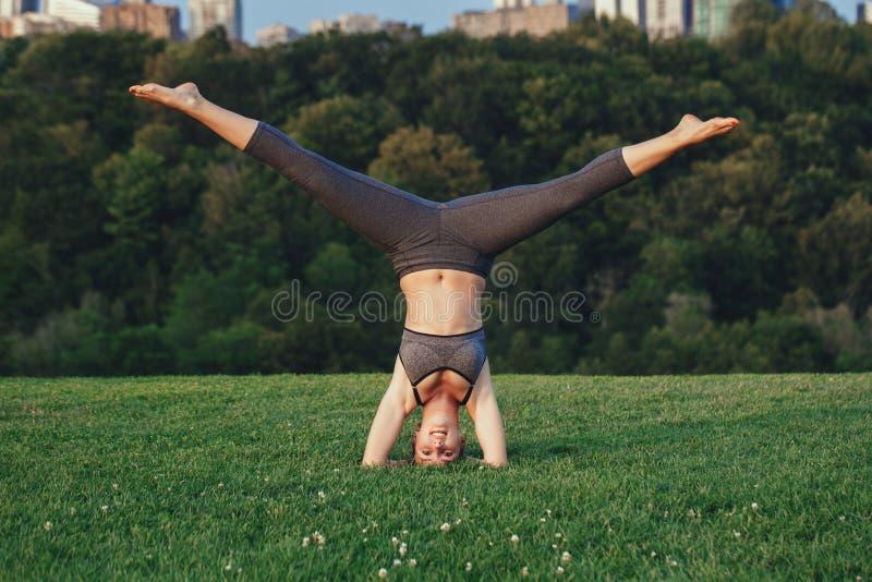 Jog kobieta robi rozciąganie treningowi w parku outdoors przy zmierzchem zdjęcie royalty free