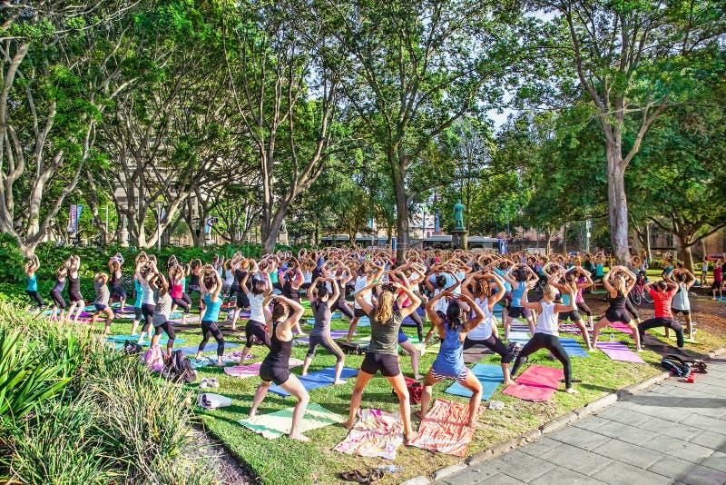 Joga gratuit de classes chez Hyde Park à Sydney, Australie image stock