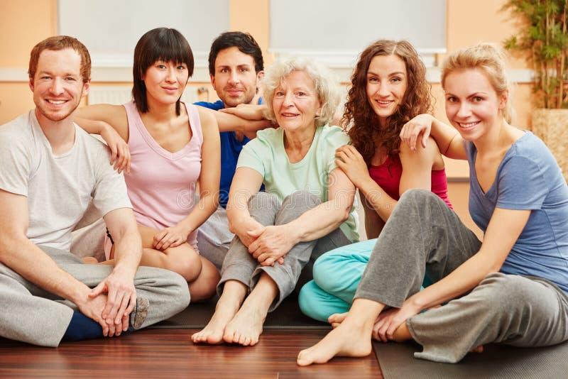 Joga grupa z starszy kobiety relaksować zdjęcie stock
