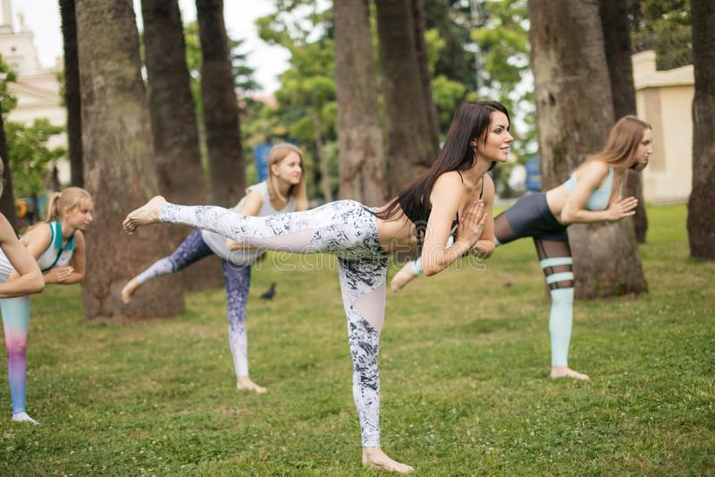 Joga klasy plenerowe przy parkiem Grupa kobiety ćwiczy outdoors fotografia royalty free