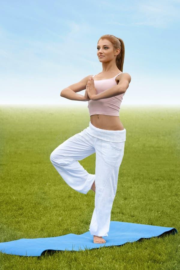 Joga kobieta. Młoda kobieta ranku ćwiczy medytacja przeciw na zdjęcie royalty free
