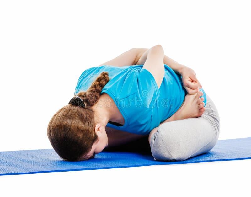 Joga - młoda piękna kobieta robi joga asana excerise odizolowywającemu zdjęcia royalty free