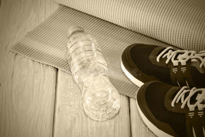 Joga Matuje, sportowi buty, butelka woda pojęcie zdrowy styl życia, zdrowa dieta, sport i dieta, Tonować popielaty fotografia stock