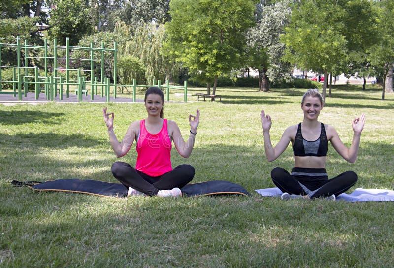 Joga medytacja przy ulicą w parku europejczycy Serbia novi smutny obrazy stock