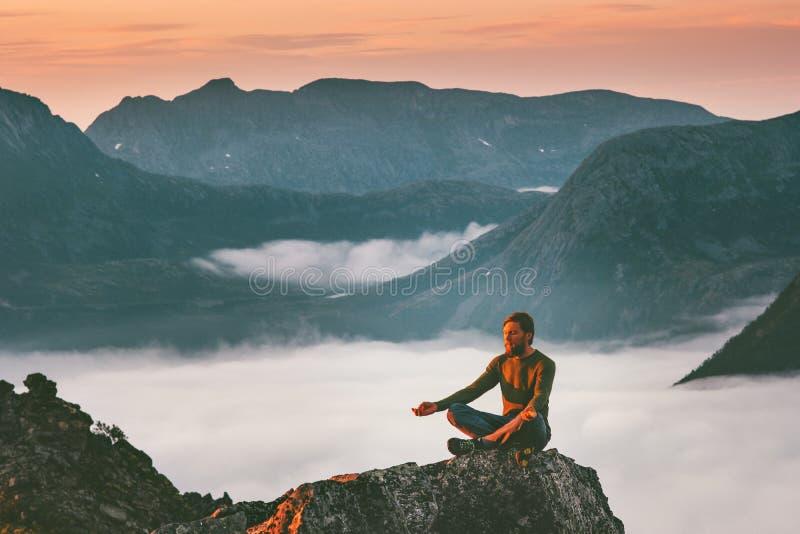 Joga medytacja w góra mężczyzny podróżniku relaksuje samotnie zdjęcie stock