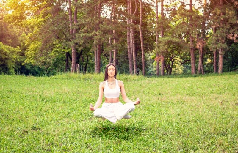 Joga medytacji lewitacja – dziewczyny koncentracja w joga ćwiczeniu obrazy royalty free
