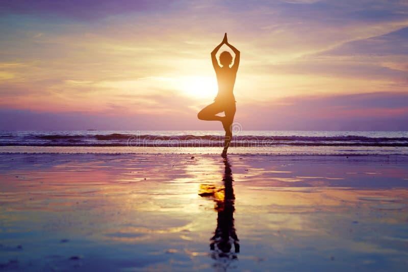 joga na plaży obraz royalty free