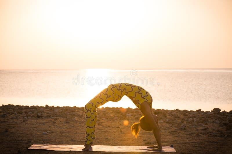 Joga praktyka. Kobieta robi bridżowej pozie zdjęcie royalty free