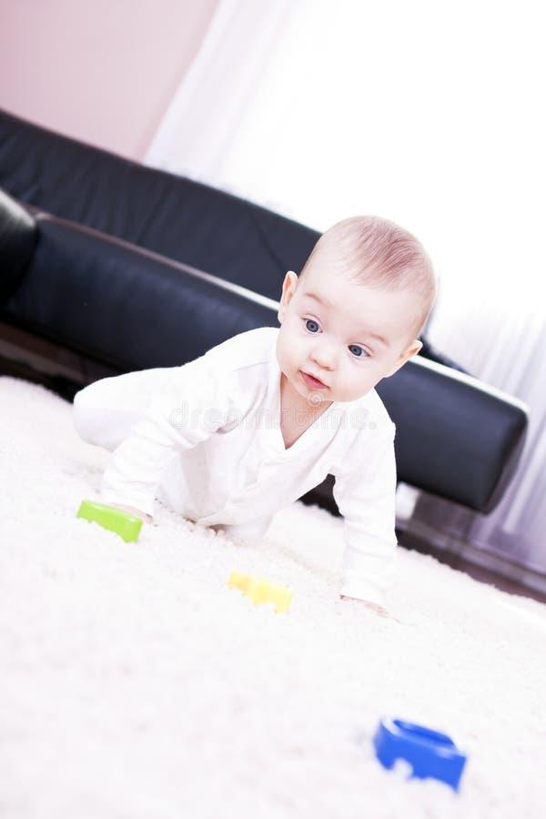 Joga um bebê feliz. fotos de stock