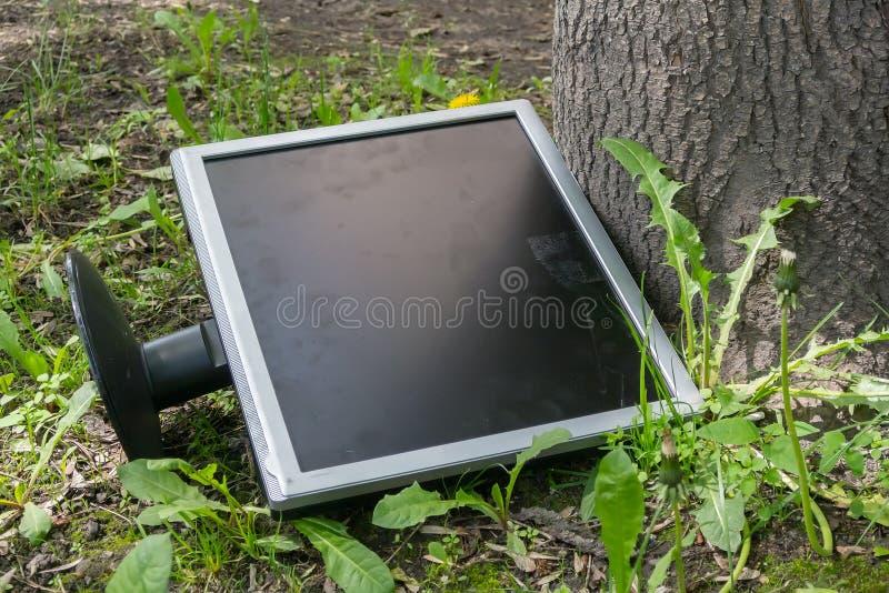 Jogado em uma operação de descarga sob uma árvore quebrada monitore imagem de stock royalty free