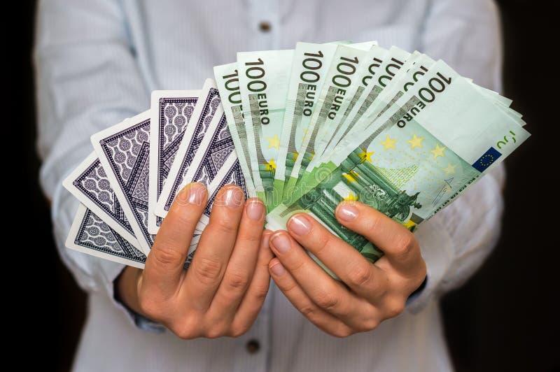 Jogador com cartões e as euro- cédulas do dinheiro imagem de stock royalty free