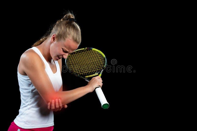 Jogador da mulher do tênis com ferimento que guarda a raquete em um campo de tênis imagens de stock royalty free