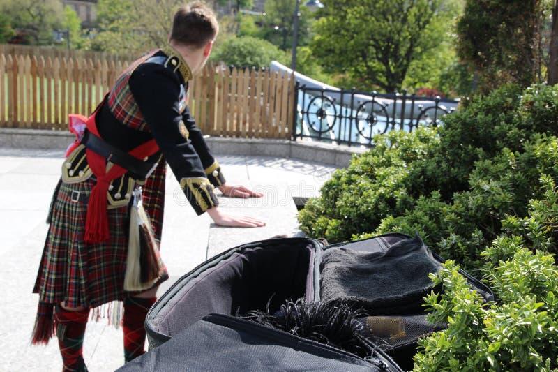 Jogador das gaitas de fole que espera sua volta para executar em Edimburgo imagens de stock royalty free