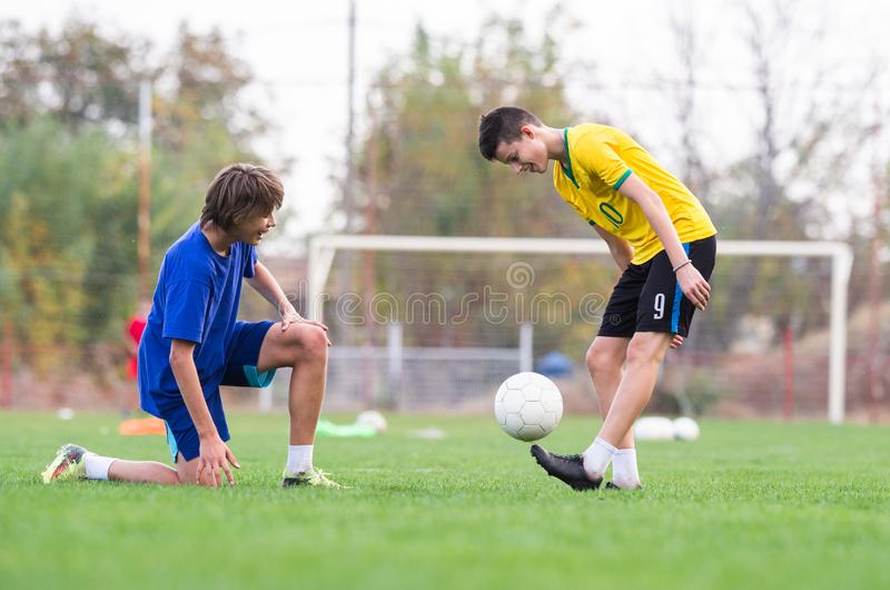Jogador das jovens crianças no fósforo de futebol fotografia de stock