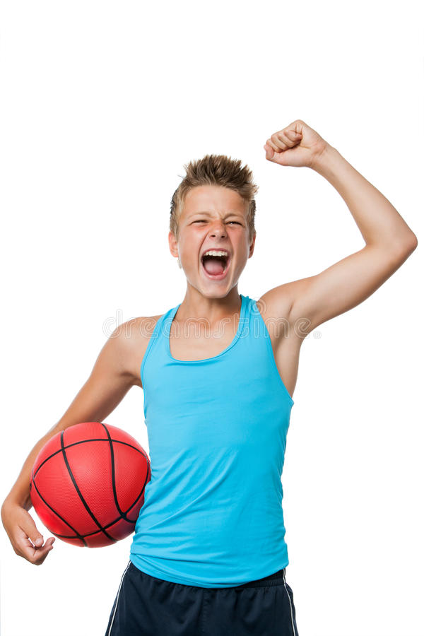 Jogador de basquetebol adolescente com atitude de vencimento. imagem de stock