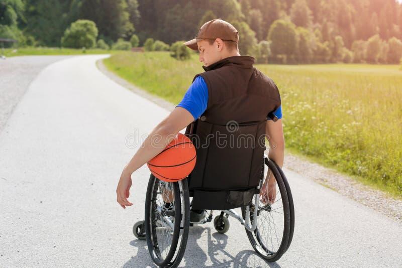 Jogador de basquetebol deficiente na cadeira de rodas imagens de stock royalty free