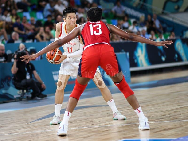 Jogador de basquetebol fêmea na ação durante o fósforo de basquetebol CHINA contra EUA foto de stock