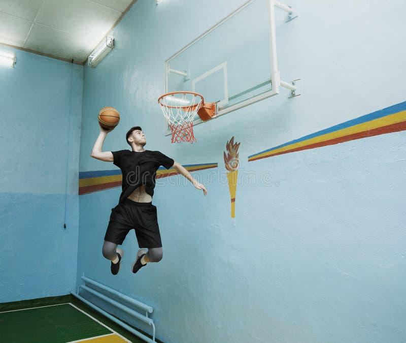 Jogador de basquetebol na a??o em um campo de b?squete imagens de stock royalty free